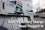 does rv battery charge when plugged in